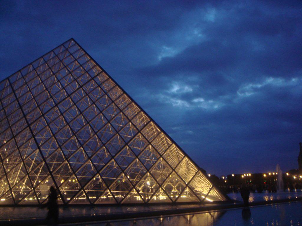 Piramida muzeului Louvre